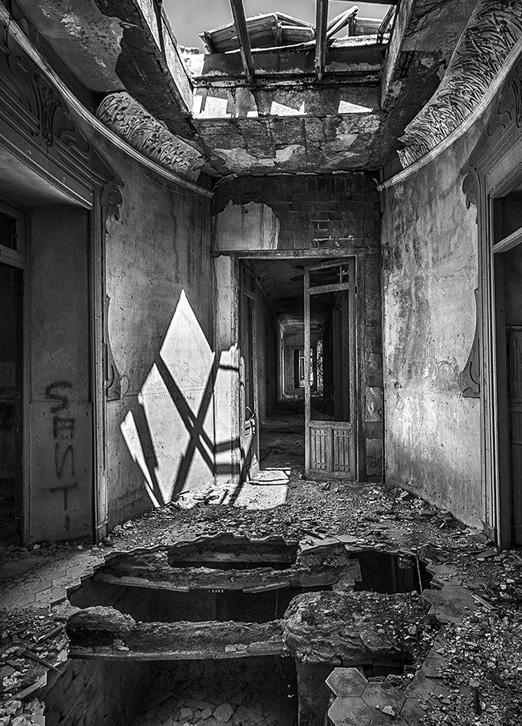 Palacio de los Gosálvez, Arquitectura Abandonada por Adolfo Gosálvez. Venta de Fotografía de autor en edición limitada. AG Shop