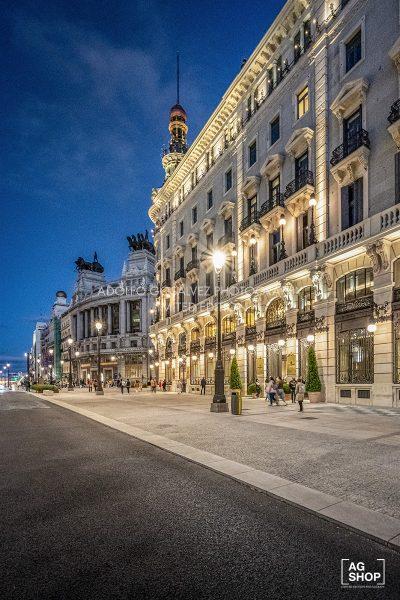 Vista nocturna Calle Alcalá, Palacio de la Equitativa, actual Hotel Four Seasons en Madrid, por Adolfo Gosálvez. Venta de Fotografía de autor en edición limitada. AG Shop