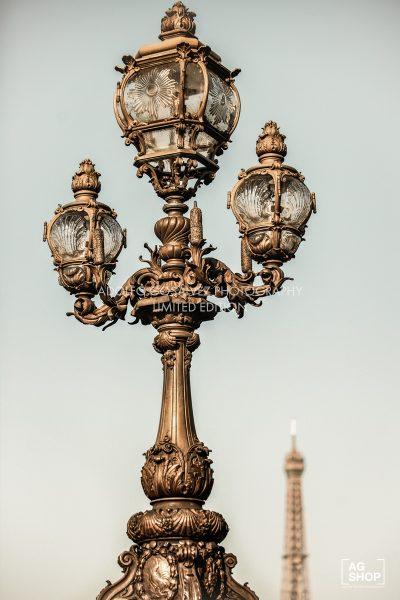 Farola del Puente de Alejandro III de París con la Torre Eiffel al fondo, por Adolfo Gosálvez. Venta de Fotografía de autor en edición limitada. AG Shop