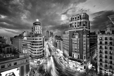 Gran Vía de Madrid nocturna, blanco y negro, por Adolfo Gosálvez. Venta de Fotografía de autor en edición limitada. AG Shop