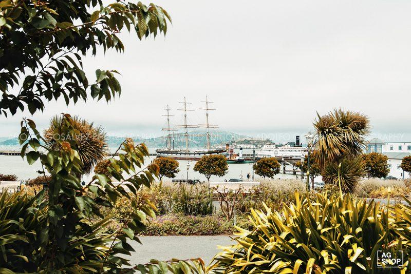 Velero en la Bahía de San Francisco con la isla de Alcatraz al fondo, por Adolfo Gosálvez. Venta de Fotografía de autor en edición limitada. AG Shop